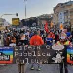 Un gruppo di cittadini partecipa ad una manifestazione a favore dell'uso pubblico del Santa Maria della Pietà