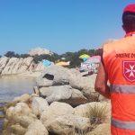 Un membro del personale sanitario Cisom di spalle, in Sardegna