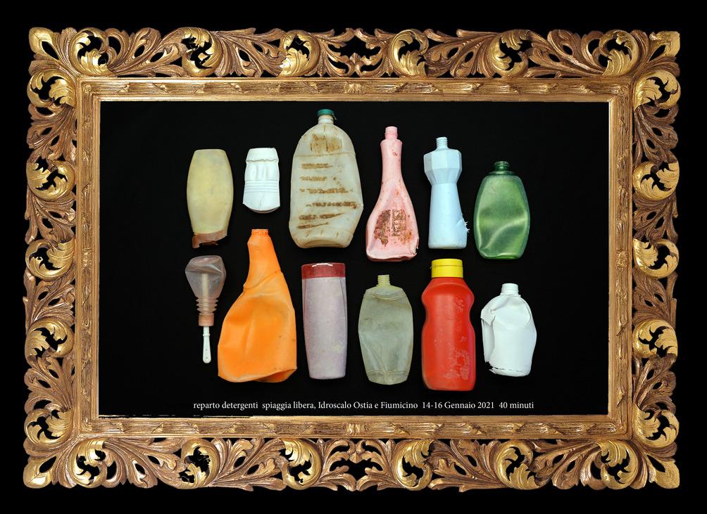 Composizione artistica con flaconi di detersivi