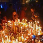 candele accese su un tavolo, un rituale collettivo