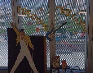 Enguany es celebra el 75 aniversari del naixement del cantant Freddy Mercury i les biblioteques de Badalona hem triat aquest esdeveniment per a crear un aparador sobre el famós cantant i la seva trajectòria musical.