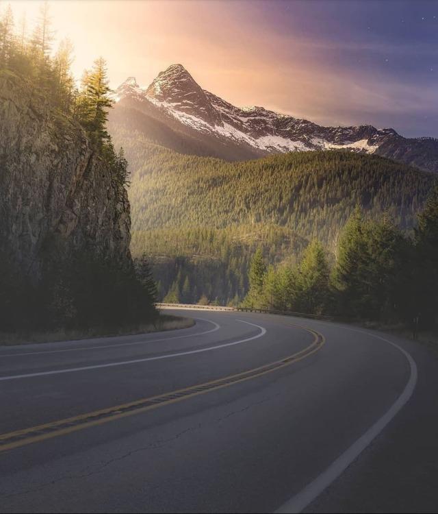 Landstraße in der aufgehenden Sonne