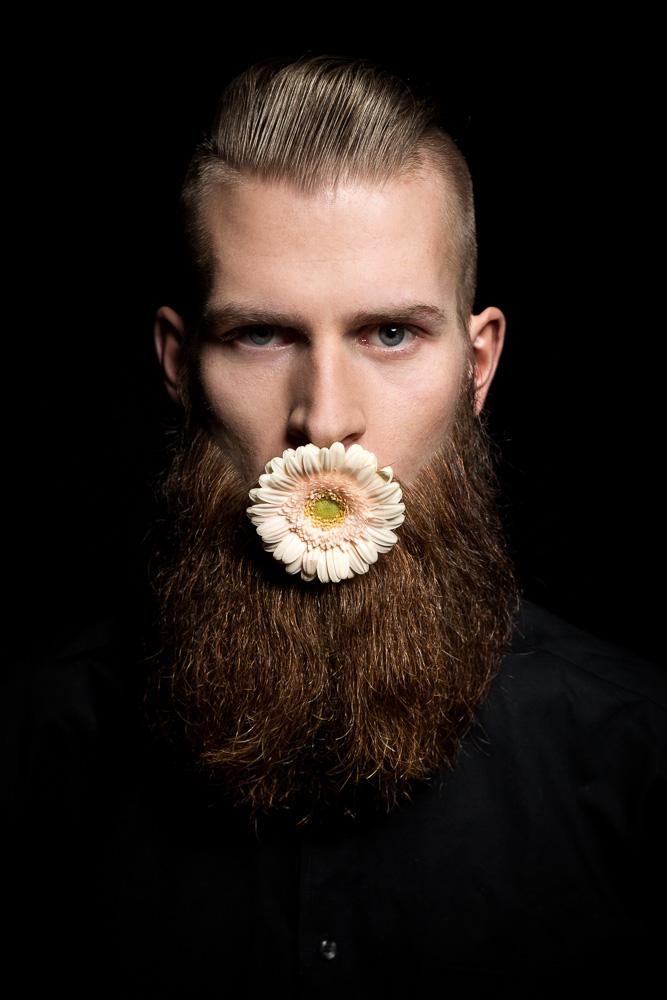 Portrait hamburg Mann Studio Blume im Mund