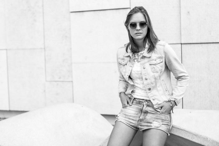 Portrait Frau draußen Sonnenbrille