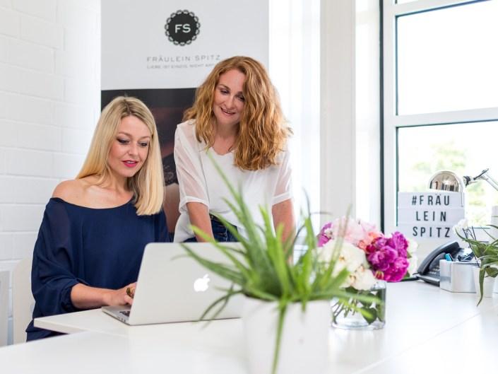 Imagefoto zwei Frauen am Schreibtisch mit Laptop