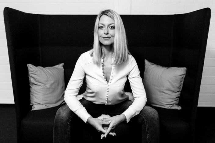 Imagefoto Frau auf Sofa