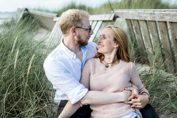 Paar am Strand Umarmung lächeln angucken Düne Laboe Paarshooting
