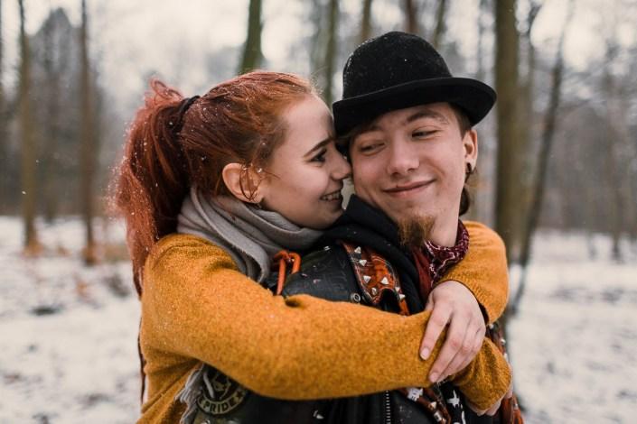 Paar im Wald bei Schnee alternativ Punk Liebe Junges Paar