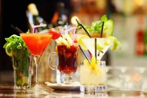 Reis de wereld rond door cocktails