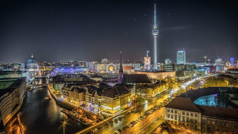 Berlin in 1 Day: Yellow Berlin metro in motion