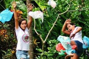 À 10 et 12 ans, deux soeurs, Isabel et Melati Wijsen, ont entamé une campagne contre les sacs plastiques à Bali. Elles ont réussi à faire changer la loi et ont rencontré le secrétaire de l'ONU.