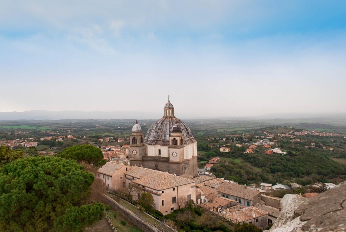 Cosa vedere a Montefiascone in un giorno: itinerario religioso nella città del vino