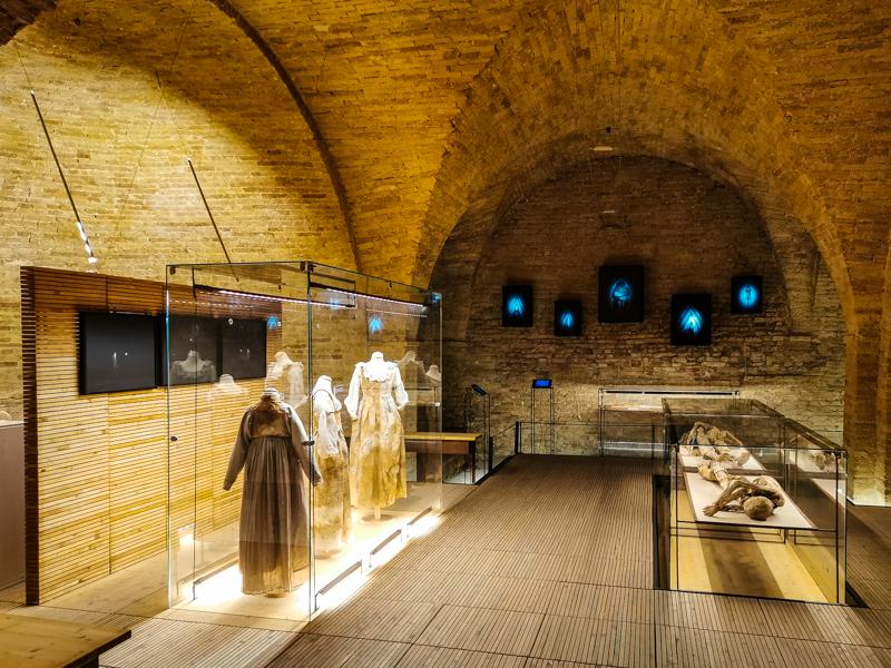 sala-museo-della-cripta-monsampolo-del-tronto