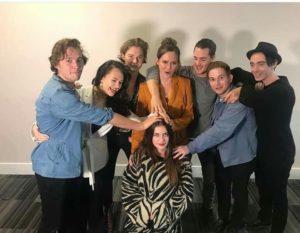 Toby Regbo (a sinistra), con altri attori di