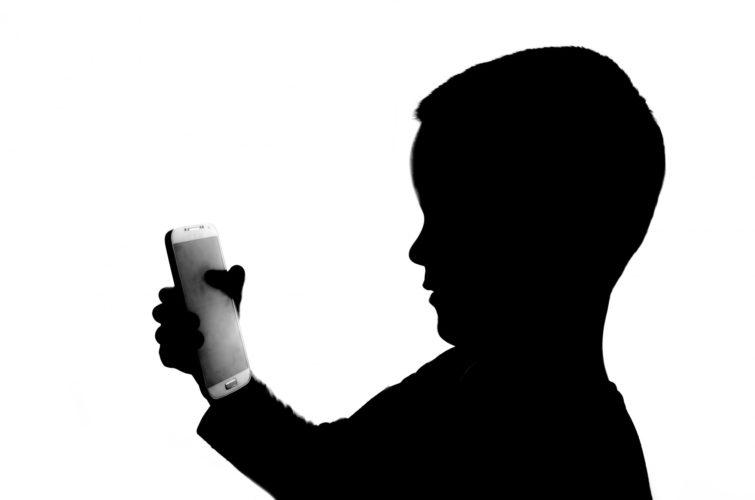 Personaggio del giorno: quello che punta il telefonino su chi muore (di Cosimo Filigheddu)
