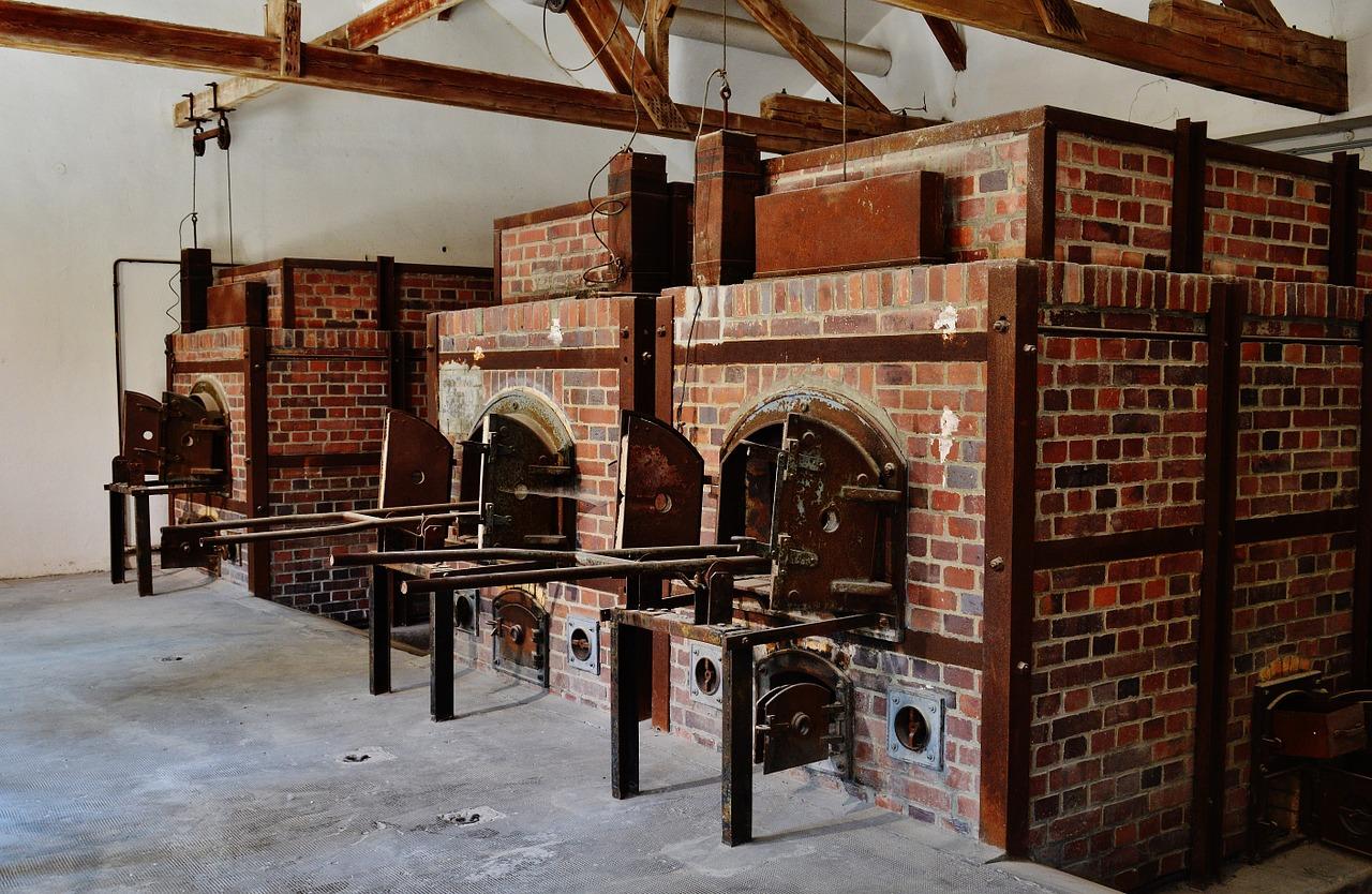 24 ottobre 1992: svastiche sulle tombe di Dachau. Tutto ritorna (di Giampaolo Cassitta)