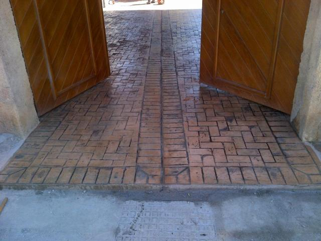 Ingresso abitazione con pavimento in cemento stampato mattone