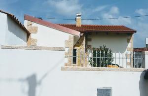 Decorazioni in pietra su facciata esterna casa campidanese