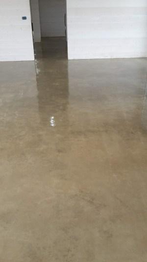 Pavimento soggiorno in microcemento presso casa a Villacidro