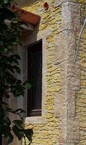 Facciata in pietra rustica con angoli muro in pietra a tramatza