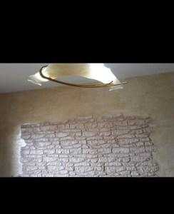 Rivestimento in pietra irregolare parete soggiorno