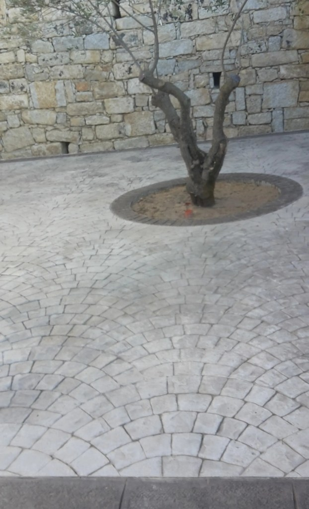 Piazzale interno realizzato in cemento stampato sanpietrino a Orani