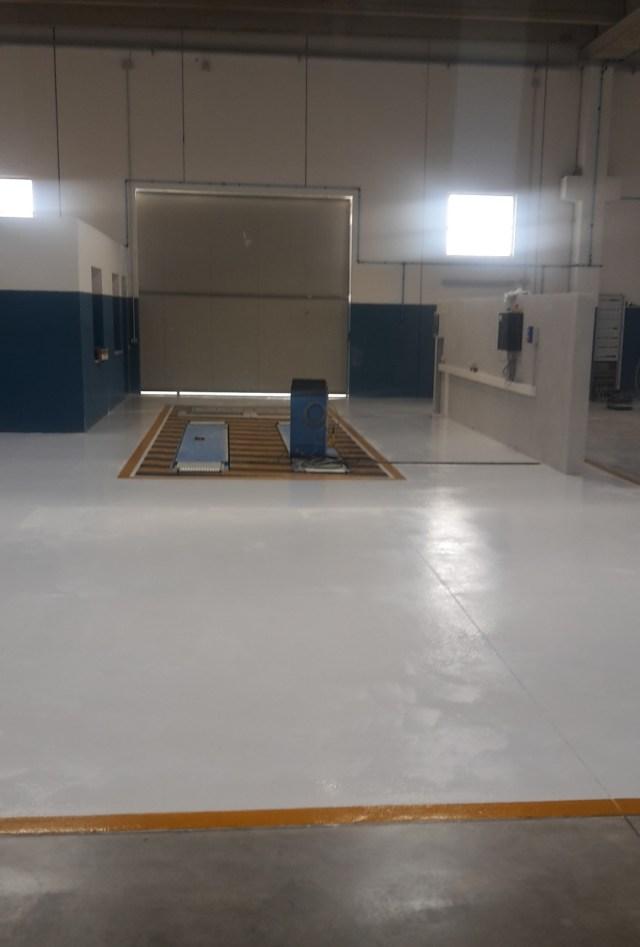 Pavimento industriale con finiture in resina presso officina meccanica Oristano