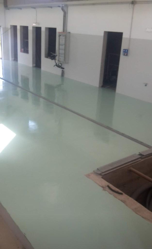 Pavimento industriale con finitura in resina epossidica verde chiaro presso capannone a Samugheo
