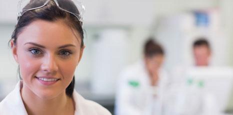 Ricercatrice in laboratorio
