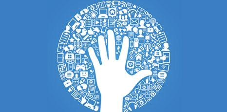 Illustrazione di una mano circondata da icone social