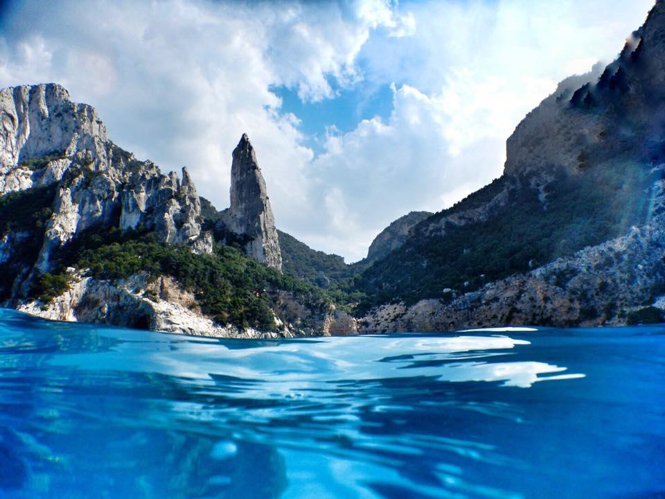 Gehört zu den bizarrsten und schönsten Punkten der 1848 Kilometer langen Küste Sardiniens: Cala Goloritzé Fotos © Enrico Napoleone