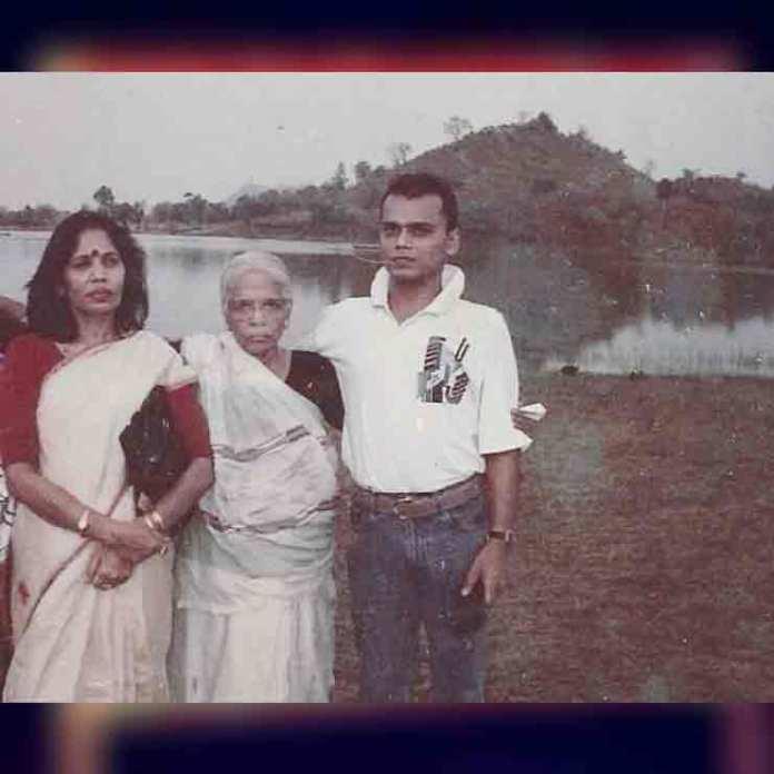 Dfo sanjay Singh sasaram With Family शहीद संजय सिंह नक्सलियों व माफियाओं के जानी दुश्मन माने जाते थे । जांबाज अधिकारी आज भी नागरिकों के हृदय के केंद्र में बसे हुए हैं । 15 फरवरी 2002 को रेहल गांव में संजय सिंह को नक्सलियों ने उनके शरीर पर बेरहमी से तबातोड़ 9 गोलियां दाग कर शहीद कर दिया