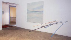 vista de la exposición | móvil turquesa-naranja | pintura, 180 x180 cm