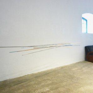 vista de la exposición | móvil turquesa-naranja | 275 x 140 x 60 cm