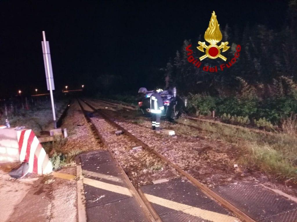Incidente a Sassari, auto si ribalta sui binari del passaggio a livello