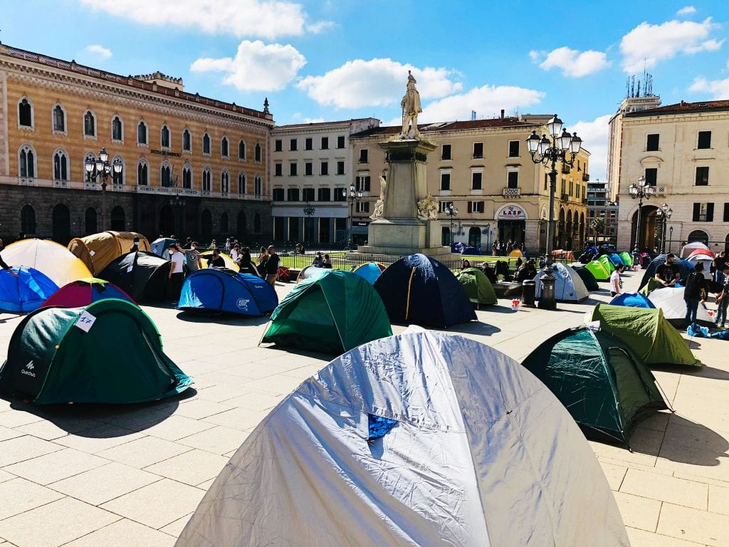 Tende in piazza d'Italia a Sassari: centinaia di persone contro le chiusure e il coprifuoco