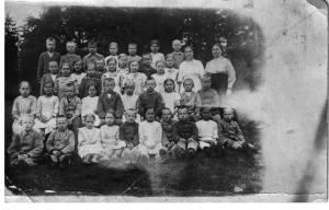 Taipaleen kansakoulun oppilaita vuodelta 1917.