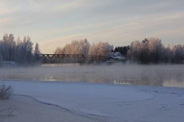 Kokemäenjoessa sijaitseva Kiikan silta talvipakkasessa 2013.