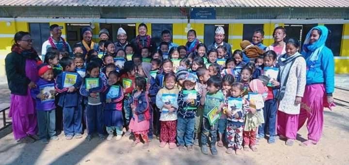 जन्मदिनको अवसरमा शोक्षिक साम्रागी बाड्दै विद्यार्थी नेता किराती