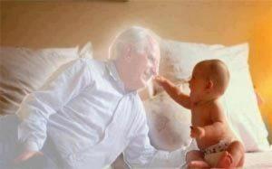 Un demon imitându-l pe bunicul nepotului