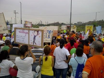 Presencia abrumadora de maestros, padres de familia, niños y amigos por la caminata