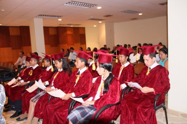 Estudiantes e invitados a la ceremonia de graduación