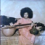 Bhagawan Baba junto a una veena