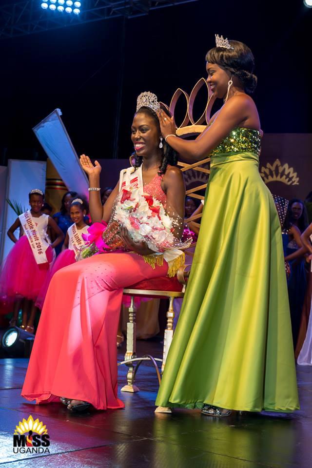 Miss Uganda 2015 Zahara Nakiyaga crowning the new miss Uganda Leah Kagasa