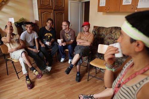 """Copiii şi tinerii de la Asociaţia """"Stea"""", instruiţi de voluntari din Italia şi America"""