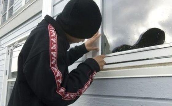 Un copil de 14 ani, a furat aproape 6000 de lei dintr-o casă