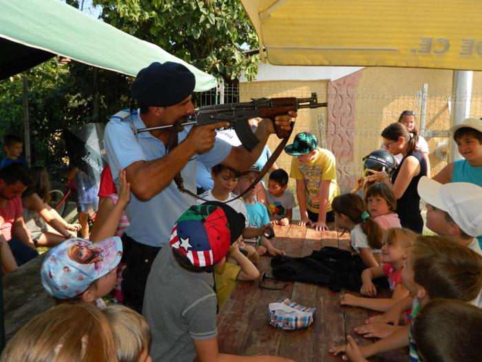 Jandarmii în mijlocul copiilor de la Tabăra din Mărtineşti (Foto)