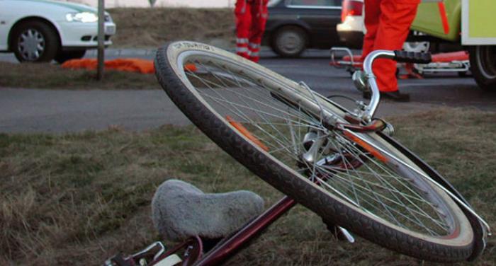 Biciclistă, lovită de o mașină