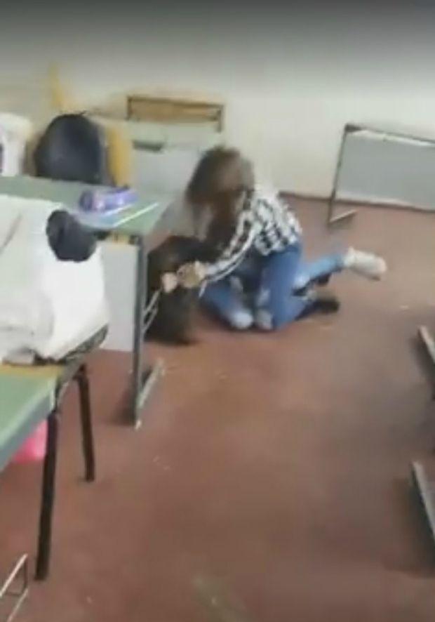 Bătaie între eleve. Cazul este anchetat de Inspectoratul Școlar