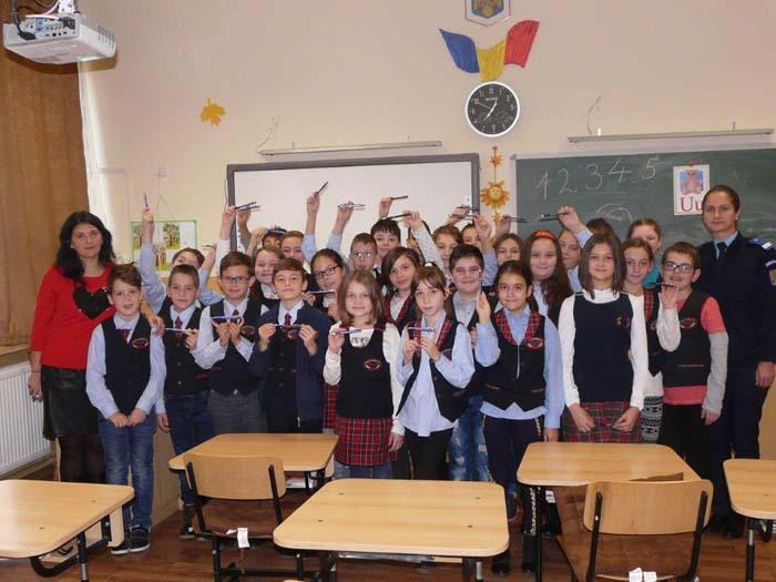 """Jandarmii, în mijlocul elevilor de la Școala """"Avram Iancu"""""""